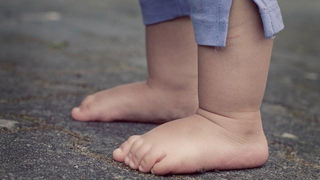 Lebih Baik Mana, Anak Belajar Berjalan Dengan atau Tanpa Sepatu? (190653)
