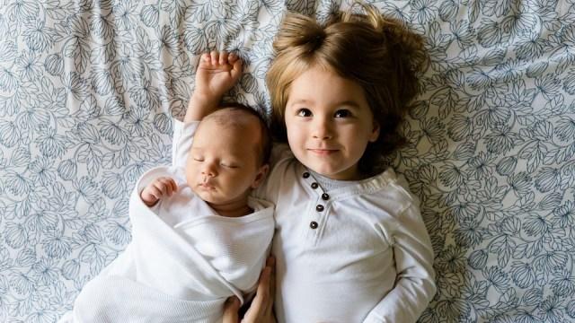 Ilustrasi anak, adik - kaka, menjaga adik, adik baru