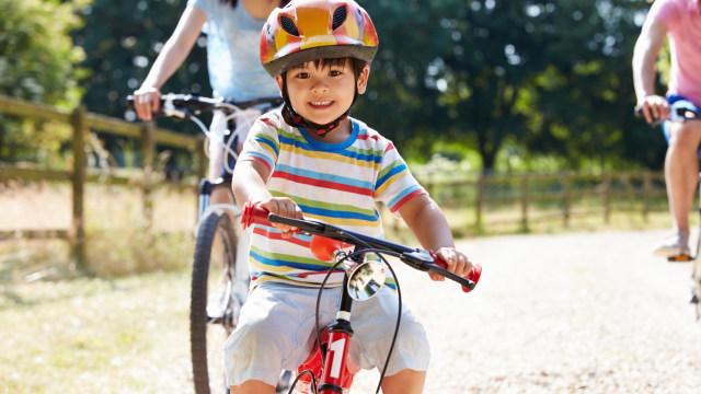 Ilustrasi anak main sepeda.