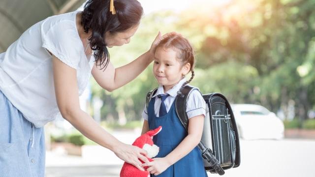 Ilustrasi mengantar anak sekolah.