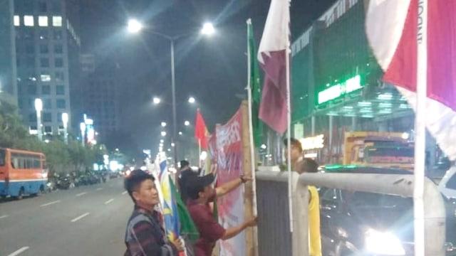 Pemasangan Bendera Peserta Asian Games di Penjaringan