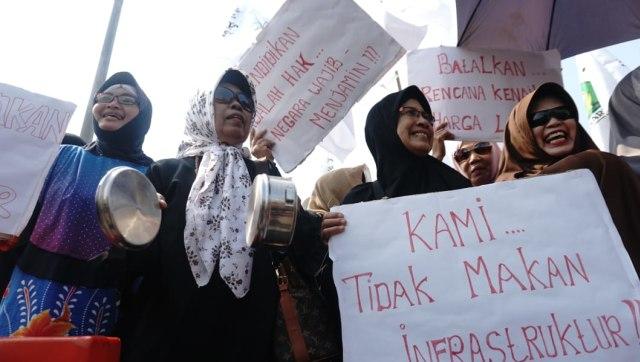 Emak-Emak Militan Indonesia di depan Istana