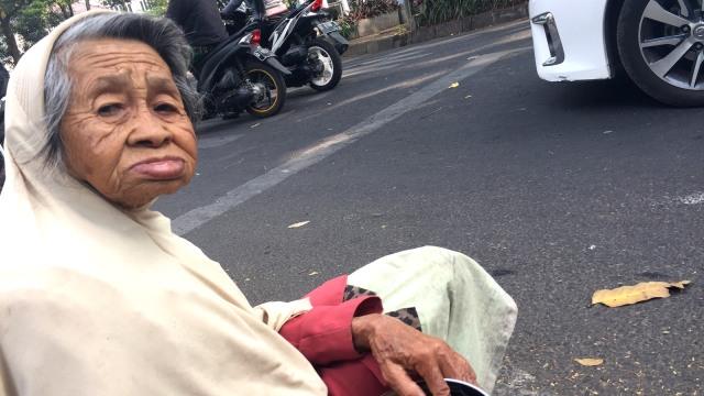 Nenek Berusia 100 Tahun Terlihat Mengemis di Jalanan Kota Bandung (56876)