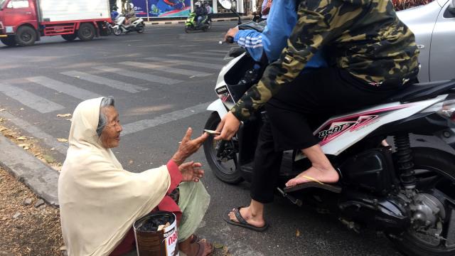 Nenek Berusia 100 Tahun Terlihat Mengemis di Jalanan Kota Bandung (56874)