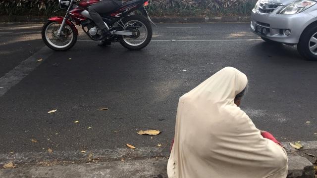 Nenek Berusia 100 Tahun Terlihat Mengemis di Jalanan Kota Bandung (56875)