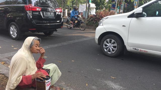 Nenek Berusia 100 Tahun Terlihat Mengemis di Jalanan Kota Bandung (56877)