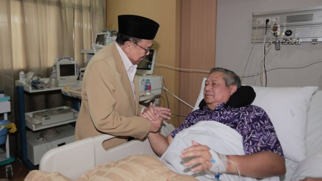 BJ Habibie menjenguk SBY di RSPAD