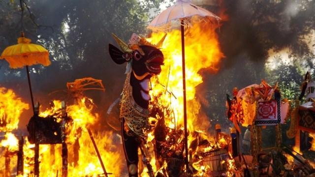 7 Ritual Unik Pemakaman di Indonesia, Ngaben