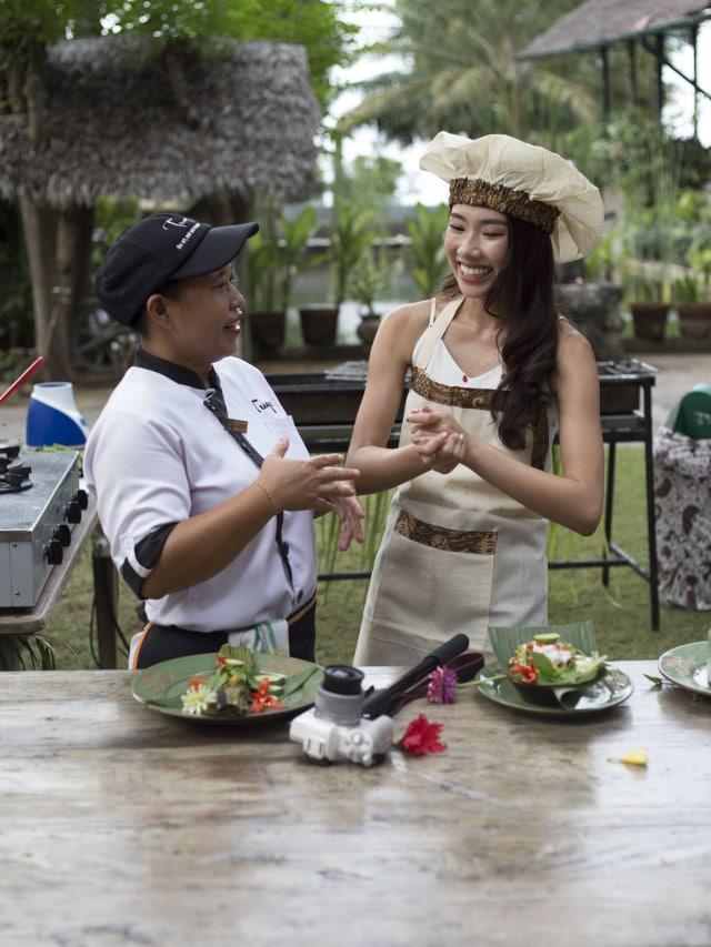 Mong Chin memasak makanan khas Lombok