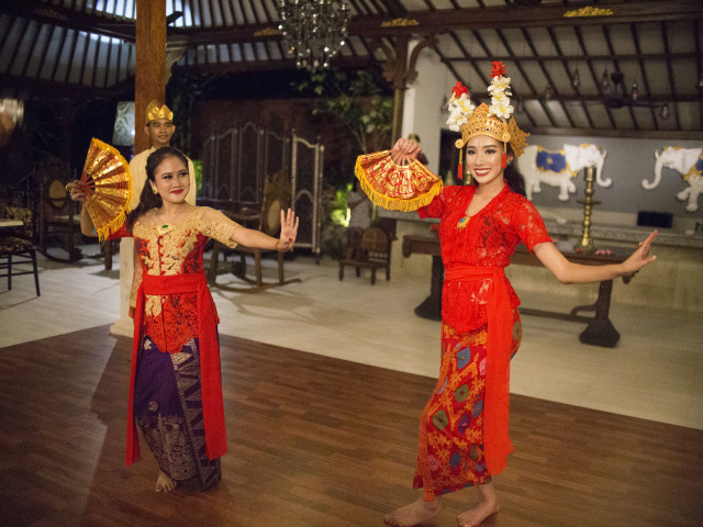 Mong Chin menari dengan baju tradisional