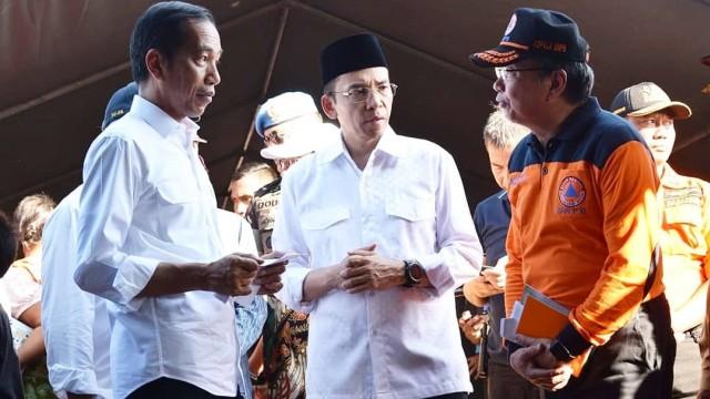 Lipsus, Duel Kedua Jokowi-Prabowo, Jokowi dan TGB Bagikan Buku ke Korban Bencana Gempa Lombok