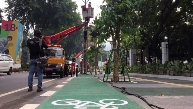 Tiang Lampu yang Halangi Jalur Sepeda di GBK Senayan Dibongkar (5299)