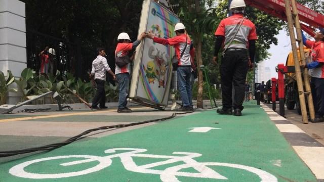 Tiang Lampu yang Halangi Jalur Sepeda di GBK Senayan Dibongkar (5300)