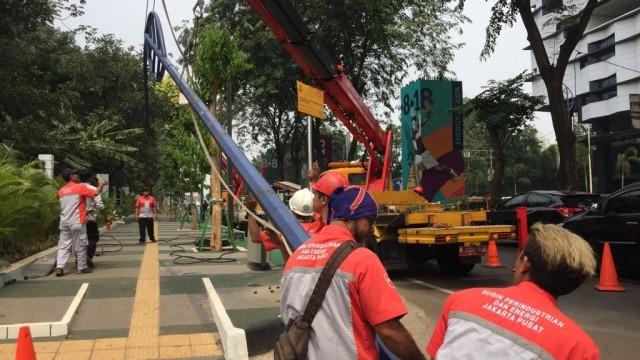 Tiang Lampu yang Halangi Jalur Sepeda di GBK Senayan Dibongkar (5298)