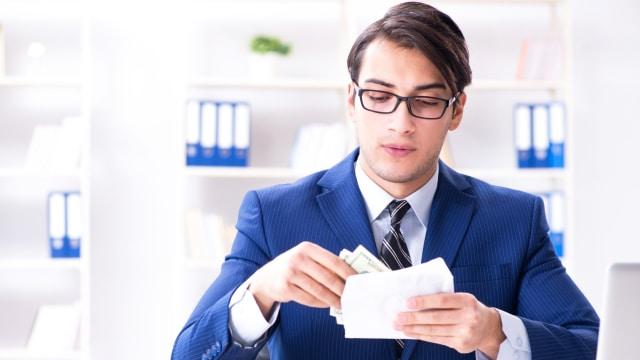 Ilustrasi menerima gaji, Bisnis, gajian