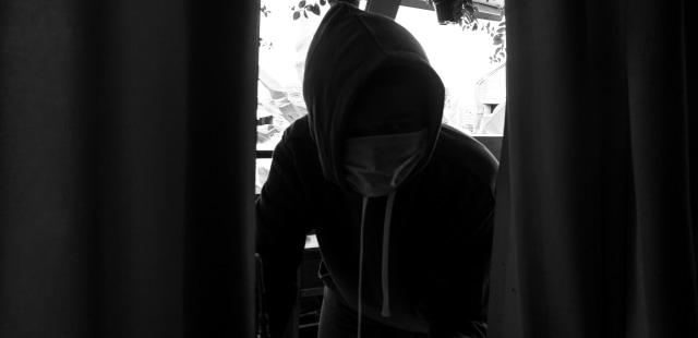 Ilustrasi, Pencuri Masuk Dari Jendela