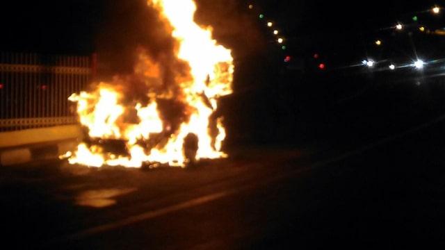 mobil terbakar, Jl Raya Pondok Gede.