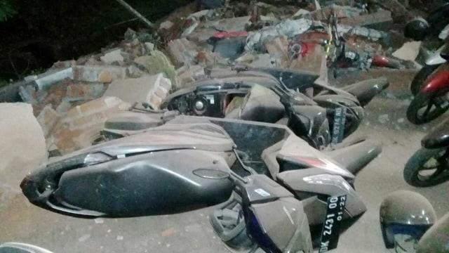 VIDEO: Kendaraan Rusak di Bali Akibat Gempa Lombok (374998)