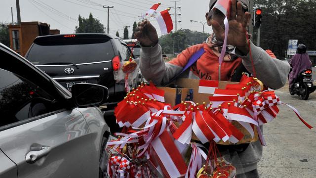Curhat Pedagang Bendera di Pasar Jatinegara yang Sepi Pembeli (94925)