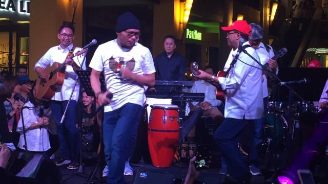 Elek Yo Band di Panggung Konser Kepedulian Untuk Lombok