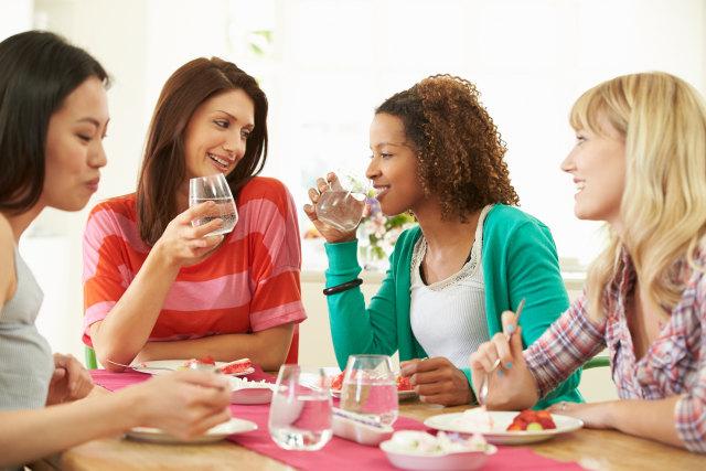 Ilustrasi minum air sambil makan