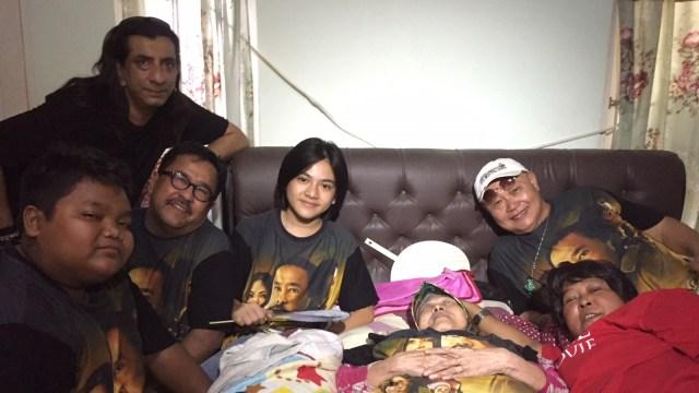 Pemain Si Doel mengunjungi Aminah Cendrakasih.