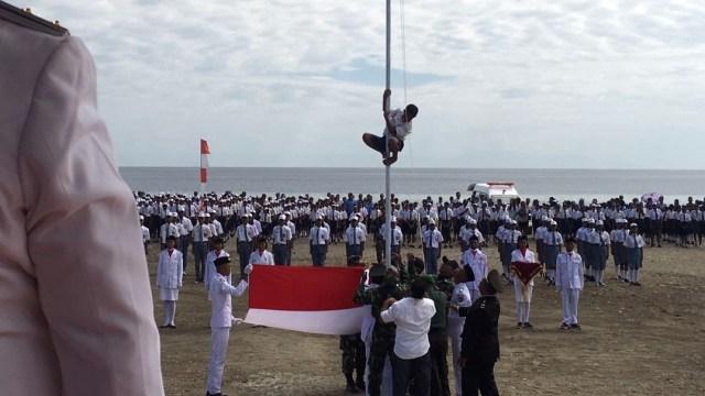 Joni bocah pemanjat tiang bendera