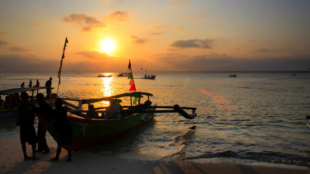 Wisatawan di Pantai Pangandaran