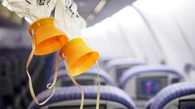 Ilustrasi masker oksigen di pesawat