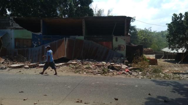 Rumah di Kuripan, Lombok Barat, ambruk akibat gempa Minggu (19/8)
