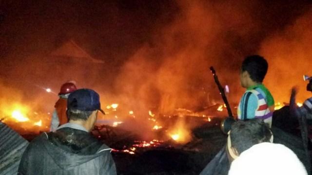 Kebakaran Terjadi di Sumbawa Setelah Gempa Susulan 7,0 Magnitudo (229437)