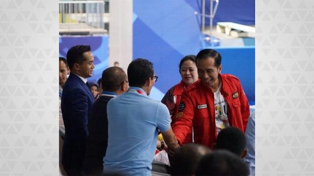 Sandi dan Jokowi menonton pertandingan renang