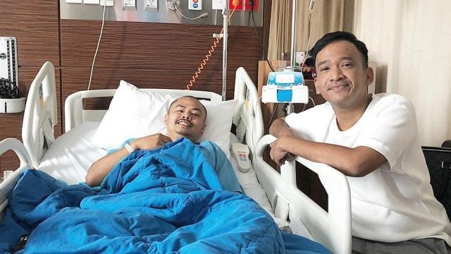 Ruben Onsu menjenguk Wendy 'Cagur' di rumah sakit.