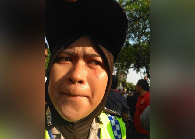 Aksi #2019GantiPresiden di Surabaya Ricuh, Seorang Polwan Kena Cakar (83086)
