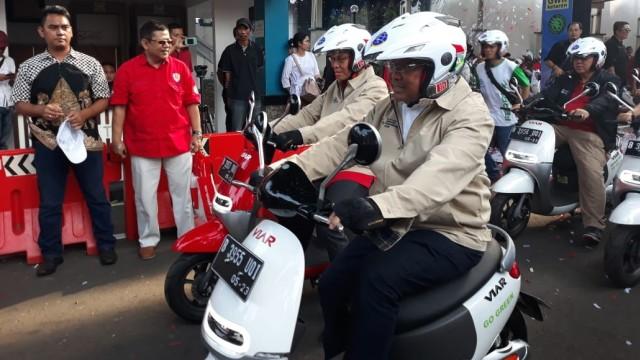 Dirjen Perhubungan Darat Kementerian Perhubungan Budi Setiyadi jajal motor listrik lokal merek Viar (26/8).