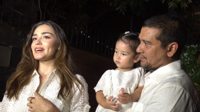 Yasmine Wildblood beserta suami dan anak