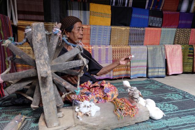 Pengrajin Kain di Desa Sade, Lombok