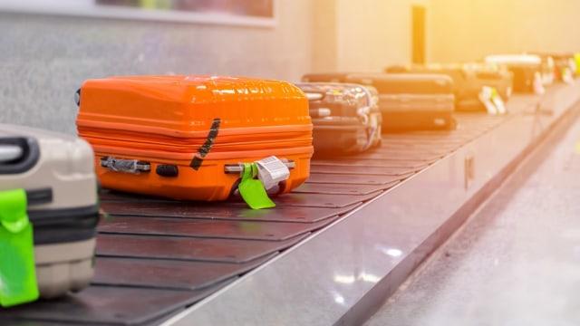Deretan koper di conveyor belt bandara