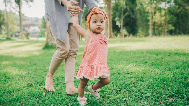 Ilustrasi bayi belajar berjalan
