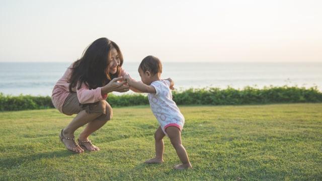 Ilustrasi bayi prematur belajar berjalan