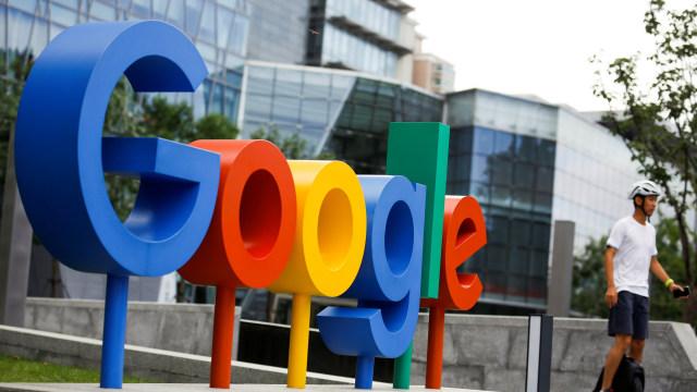 Seorang pria berolahraga di sekitar kantor Google di Beijing.