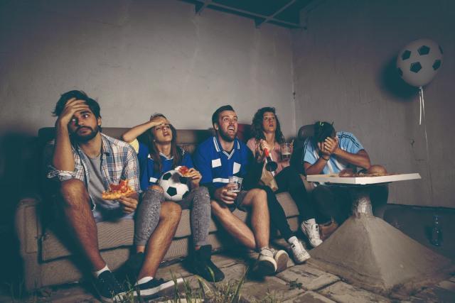 com-Menonton pertandingan bola