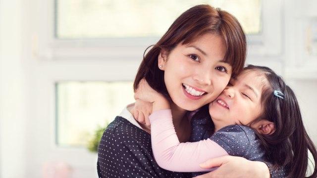 Ilustrasi ibu dan anak berpelukan.