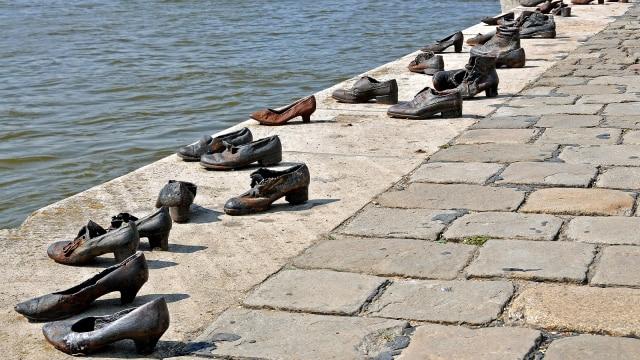 Sepatu-sepatu Kematian Korban Nazi di Pinggir Sungai Danube, Hungaria (229857)