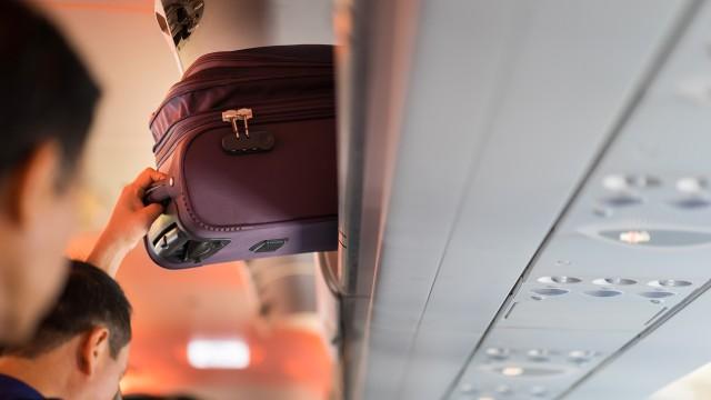 Ilustrasi menyimpan barang dalam kabin pesawat