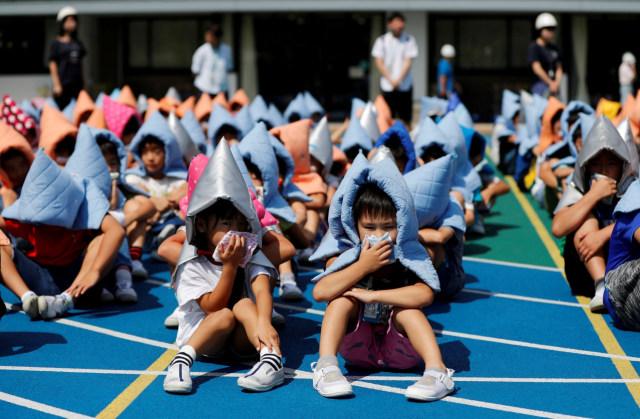 Latihan simulasi gempa di sekolah dasar di Tokyo