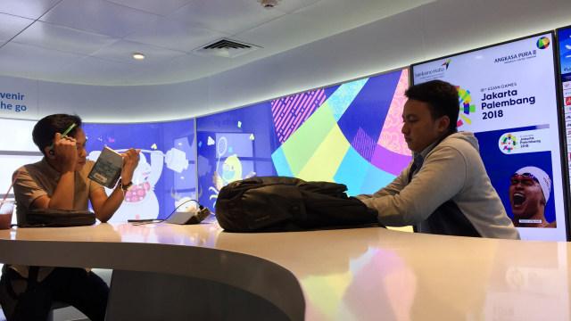 Pengunjung di Airport Digital Lounge Bandara Soetta