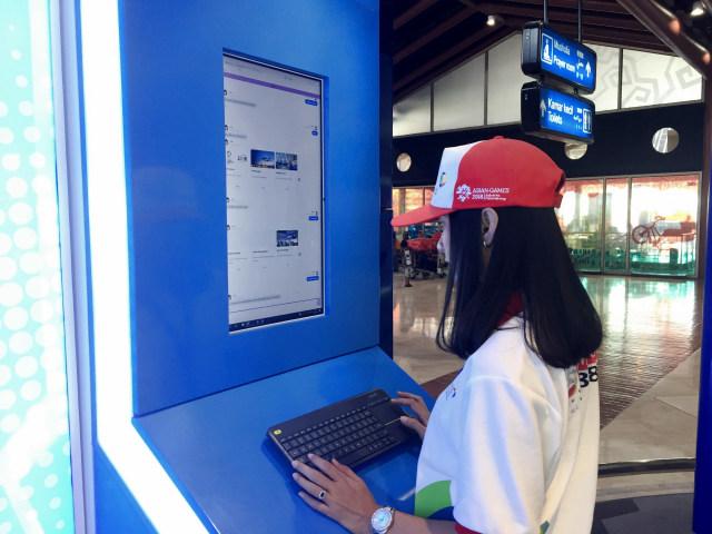 Pengunjung menggunakan layanan Tasya di Airport Digital Lounge Bandara Soetta