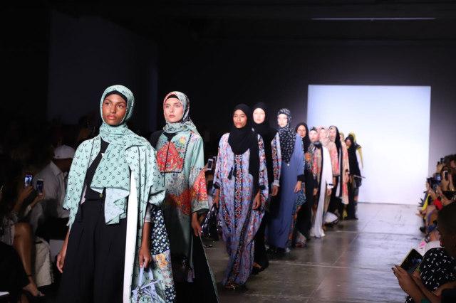 Cara Desainer Vivi Zubedi Ajak Perempuan untuk Tetap Produktif di Tengah Pandemi (214978)