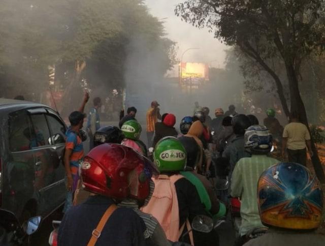 Bus TransJakarta mengeluarkan asap pekat.